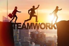 Il concetto di lavoro di squadra con la gente di affari del ponte di incrocio Fotografie Stock