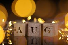 Il concetto di mese, vista frontale mostra il blocco di legno scritto agosto con Li Immagine Stock