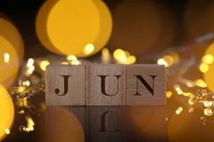 Il concetto di mese, vista frontale mostra il blocco di legno scritto giugno con Li Fotografie Stock