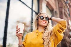 Il concetto di modo della via giovani jeans d'uso alla moda del boyfrend della studentessa, sweetshot giallo luminoso delle scarp Immagine Stock