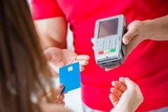 Il concetto di pagamento con il terminale di posizione Fotografia Stock