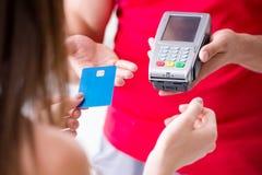 Il concetto di pagamento con il terminale di posizione Immagini Stock Libere da Diritti