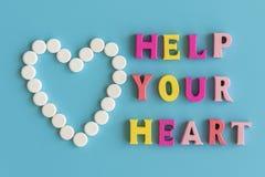Il concetto di preoccuparsi per il vostro cuore Prevenzione delle malattie cardiovascolari L'iscrizione su un aiuto blu del fondo fotografie stock