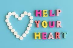 Il concetto di preoccuparsi per il vostro cuore Prevenzione delle malattie cardiovascolari L'iscrizione su un aiuto blu del fondo immagine stock libera da diritti