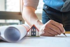 Il concetto di progetto domestico, architetti sta scrivendo il piano domestico, il modello h fotografia stock