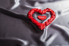 Il concetto di San Valentino, cuori rossi ama su fondo grigio di seta Fotografia Stock Libera da Diritti