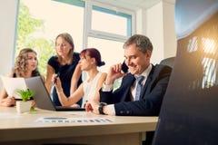 Il concetto di successo di affari Gruppo di uomini d'affari sul lavoro dentro Immagini Stock Libere da Diritti