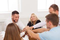 Il concetto di team-building e di lavoro di squadra in ufficio, la gente collega la mano fotografia stock libera da diritti