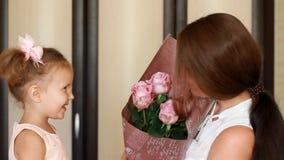 Il concetto di un giorno o di un compleanno del ` s della madre Mamma e figlia con un mazzo delle rose dei fiori video d archivio