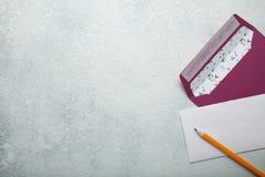 Il concetto di un invito alle nozze o una lettera per il San Valentino Spazio vuoto per testo fotografie stock