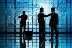 Il concetto di viaggio intorno al mondo con gli uomini d'affari Immagini Stock Libere da Diritti
