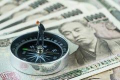Il concetto finanziario della direzione dalla figura miniatura uomo d'affari si assottiglia Fotografia Stock Libera da Diritti