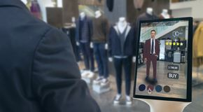 Il concetto futuristico al minuto astuto della tecnologia di Iot, uomo felice prova a utilizzare l'esposizione astuta con la real immagine stock libera da diritti
