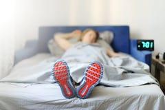 Il concetto la donna è troppo pigro per svegliare di mattina per Fotografia Stock