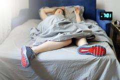Il concetto la donna è troppo pigro per svegliare di mattina per Fotografie Stock