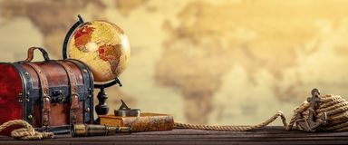 Il concetto nautico d'annata di viaggio intorno al mondo ha invecchiato l'effetto ingiallito immagine stock