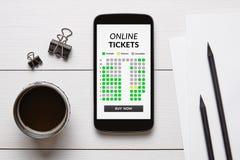 Il concetto online dei biglietti sullo schermo dello Smart Phone con l'ufficio obietta fotografie stock