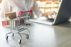 Il concetto online di acquisto di Internet, donna che compera online è a per Immagine Stock Libera da Diritti