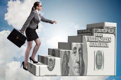 Il concetto rampicante della scala del dollaro della donna di affari Immagine Stock