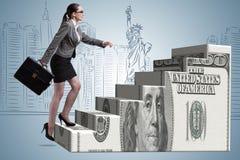 Il concetto rampicante della scala del dollaro della donna di affari Fotografia Stock Libera da Diritti