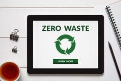 Il concetto residuo zero sullo schermo della compressa con l'ufficio obietta Fotografie Stock Libere da Diritti