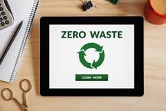 Il concetto residuo zero sullo schermo della compressa con l'ufficio obietta Fotografie Stock