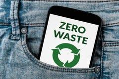 Il concetto residuo zero sullo schermo dello smartphone in jeans intasca Immagini Stock