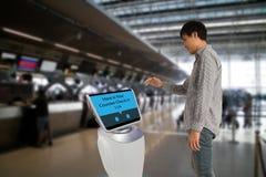 Il concetto robot astuto della tecnologia, il passeggero segue un servizio Fotografie Stock