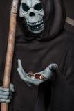 Il concetto: uccisione delle droghe Angelo della siringa della tenuta di morte con eroina immagine stock