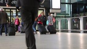 Il concetto vacations la gente aeroporto terminale luglio 2017 moderno di camminata Londra Regno Unito stock footage
