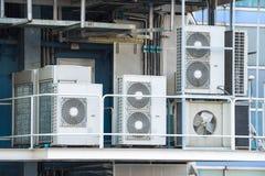 Il condensatore raffreddato aria industriale è stato installato sul bal della fabbrica fotografia stock