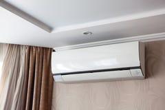 Il condizionamento d'aria sulla parete dentro la stanza in appartamento, ha spento Interno nei toni beige calmi fotografie stock libere da diritti