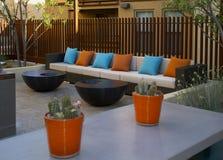 Il condominio si dirige il patio e lo stagno all'aperto della plaza fotografia stock