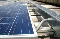 Il condotto flessibile si è collegato al tetto solare di Wireway PV fotografia stock libera da diritti