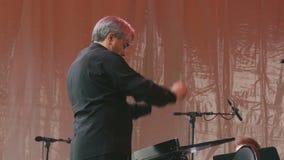 Il conduttore controlla l'orchestra stock footage