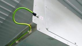 Il conduttore di terra elettrico è collegato all'alloggio della sottostazione modulare video d archivio