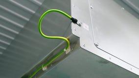 Il conduttore di terra elettrico è collegato all'alloggio della sottostazione modulare stock footage