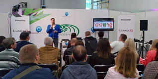 Il conferenziere divide la sua esperienza circa la nuova video attrezzatura sulla TV e la fiera internazionale della radio a Kiev Immagine Stock Libera da Diritti