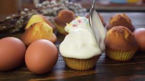 Il confettiere prepara i dolci di Pasqua e stock footage