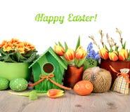 Il confine orizzontale di Pasqua con i fiori e le decorazioni ha isolato la o Immagine Stock