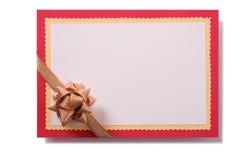 Il confine rosso dell'arco dell'oro della carta di regalo di Natale ha isolato bianco fotografia stock