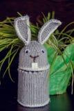 Il coniglietto di pasqua è ricordo tricottato nell'occasione Fotografia Stock