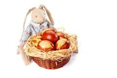 Il coniglietto di pasqua e il woth del canestro hanno decorato le uova su bianco Fotografia Stock