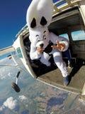 Il coniglietto di pasqua sopra si lancia in caduta libera la porta dell'aeroplano Immagine Stock