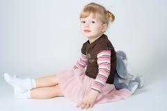 Il coniglio del giocattolo e della bambina Fotografia Stock Libera da Diritti