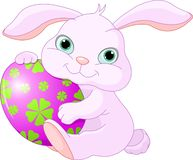 Il coniglio di Pasqua tiene l'uovo Fotografia Stock Libera da Diritti