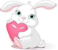 Il coniglio tiene il cuore di amore Immagini Stock Libere da Diritti