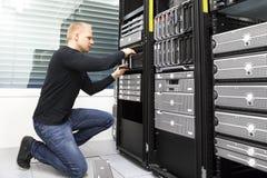 Il conseiller remplace l'unité de disque dur dans le stockage de datacenter Photo libre de droits