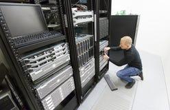 Il conseiller remplacent l'unité de disque dur dans le datacenter Photographie stock