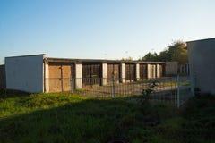 Il considerare i vecchi garage alla fine della città Krupka dentro né Immagine Stock